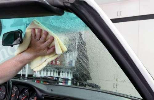 علت ایجاد لایه چربی و کثیفی بر روی شیشه خودرو چیست؟
